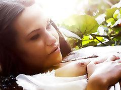Güzel kadınlar, Küçük göğüsler, Öpüşme